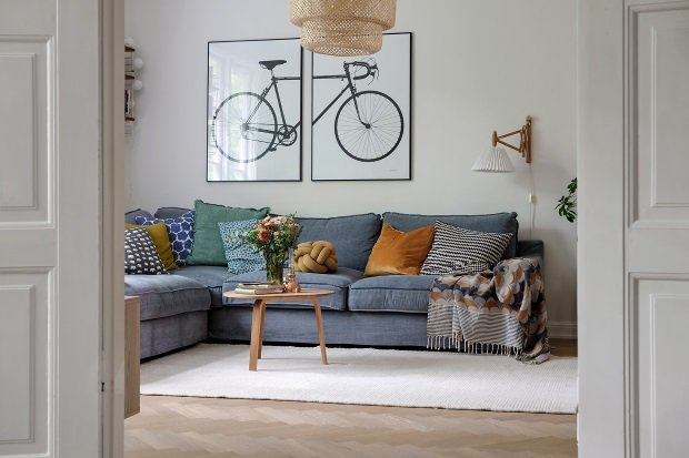 Картины с велосипедом в гостиной