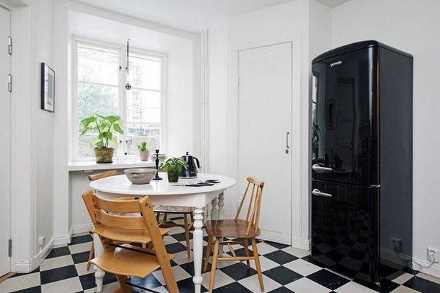 чёрный холодильник на кухне
