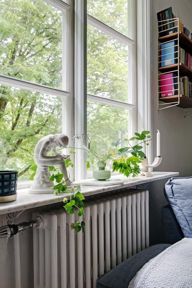 белый радиатор под окном