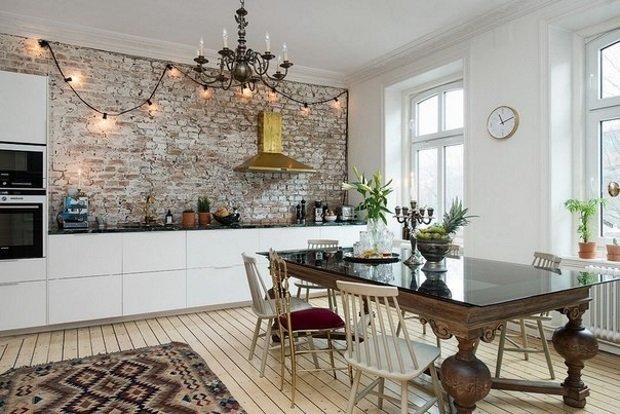 старинный стол на скандинавской кухне