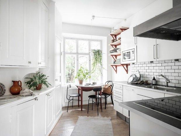 красные полки на кухне