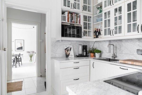 кухня с шкафами английская решетка