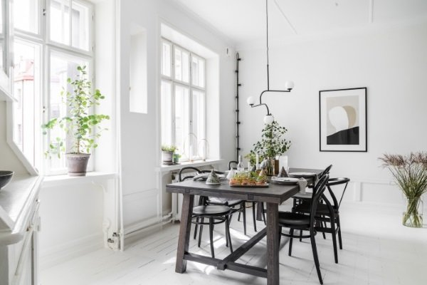 коричневый деревянный стол в гостиной