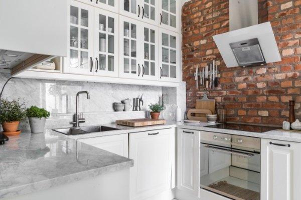 скандинавская кухня с кирпичной стеной