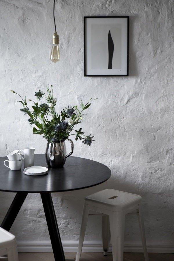 стена с белой штукатуркой на кухне