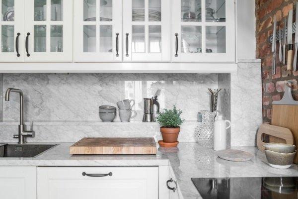 мраморный фартук на кухне