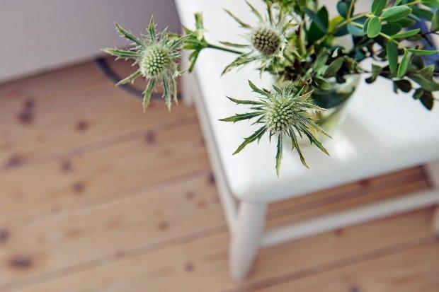 цветы в скандинавской спальне