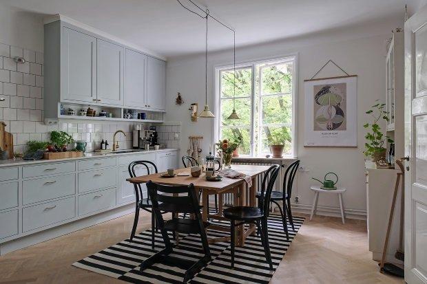 обеденный стол в шведской квартире