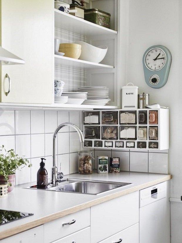 шкафы и полки на кухне в скандинавском стиле