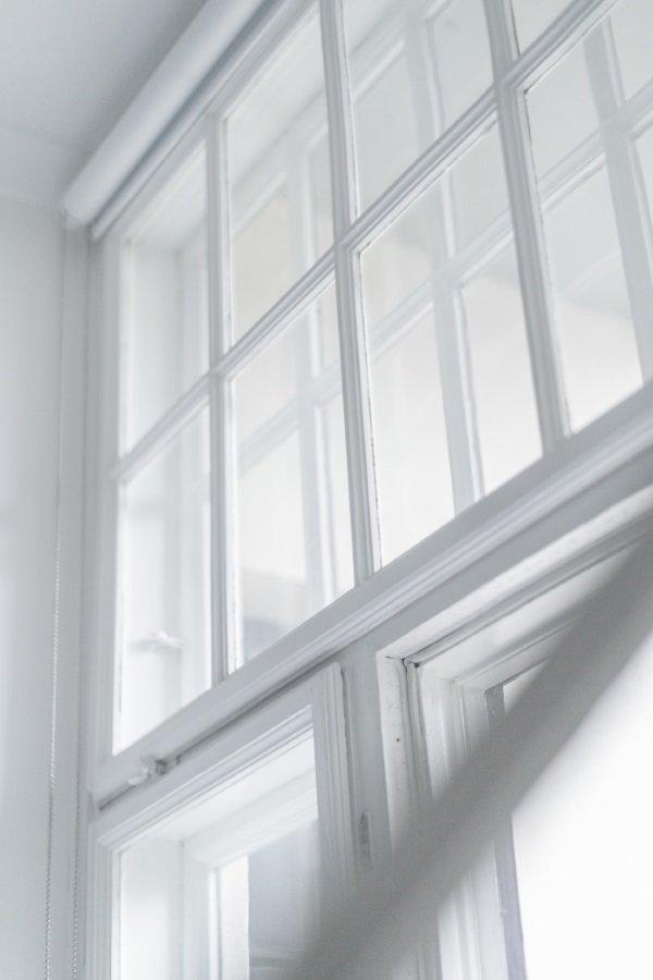 деревянные окна в скандинавском интерьере
