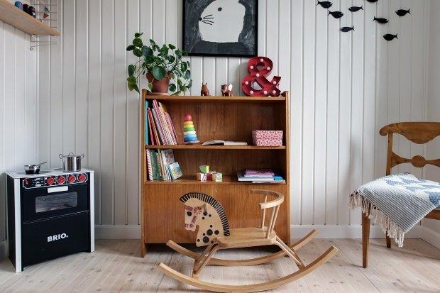 деревянная лошадка-качалка в детской