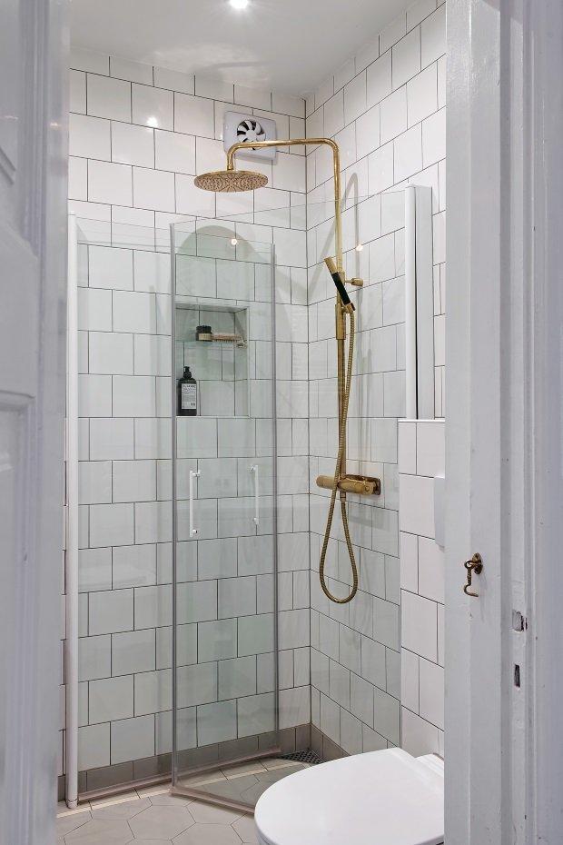 золотой душ в ванной комнате