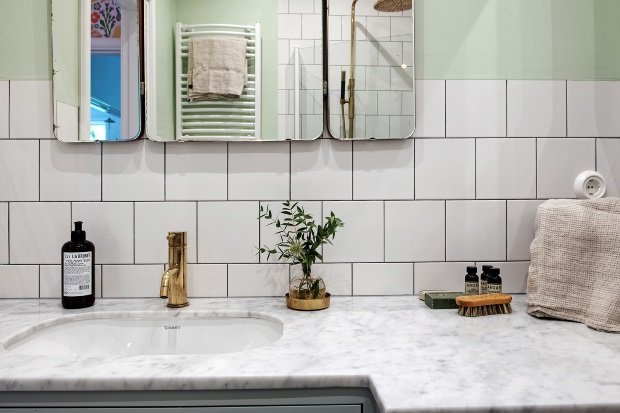 золотой смеситель в ванной комнате