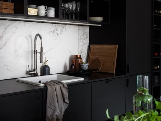 мраморный фартук на черной кухне