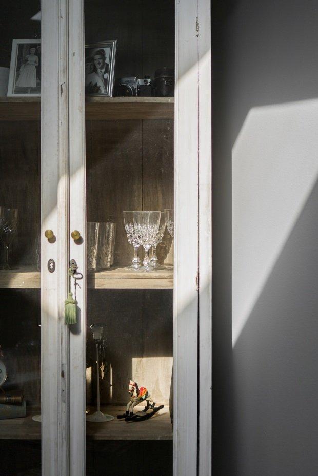 Шкаф со стеклянными дверцами в гостиной