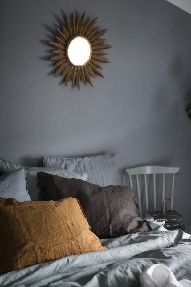 зеркало санбёрст на стене в спальне
