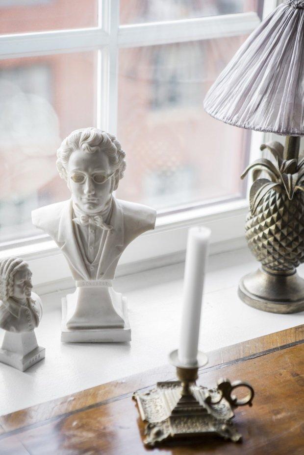 статуэтки на подоконнике в скандинавской квартире