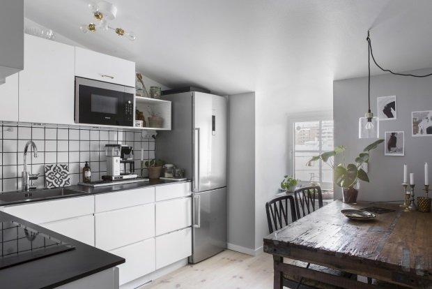 Современная скандинавская кухня со старинным столом