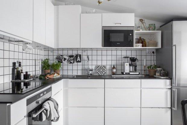 Белая кухня в скандинавской квартире