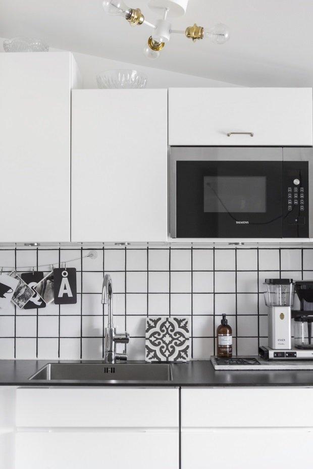 Белая плитка мелкий квадрат на кухонном фартуке