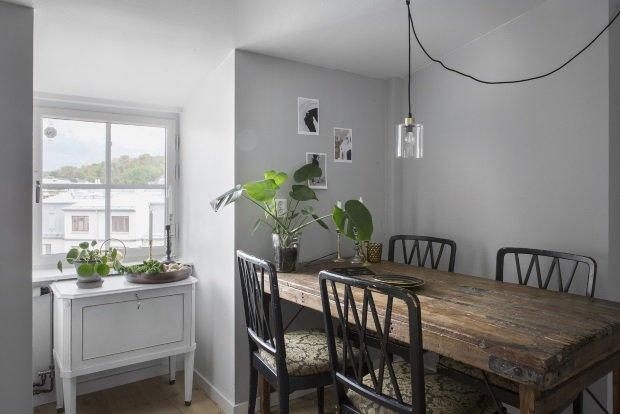 Старинные стол и стулья на скандинавской кухне