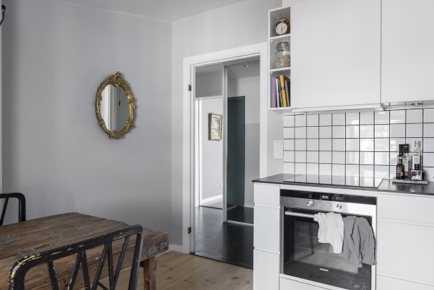 круглое зеркало в золотой раме на кухне