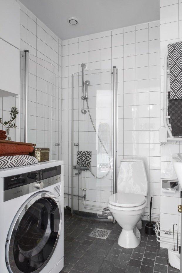 маятниковые двери душевого уголка в скандинавской ванной
