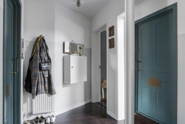 Прихожая скандинавской мансардной квартиры
