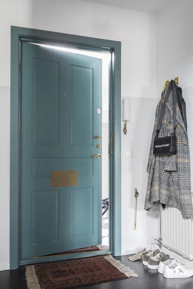 Сине-зеленые двери в прихожей