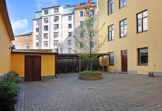 Стоянка для велосипедов во дворе шведского дома