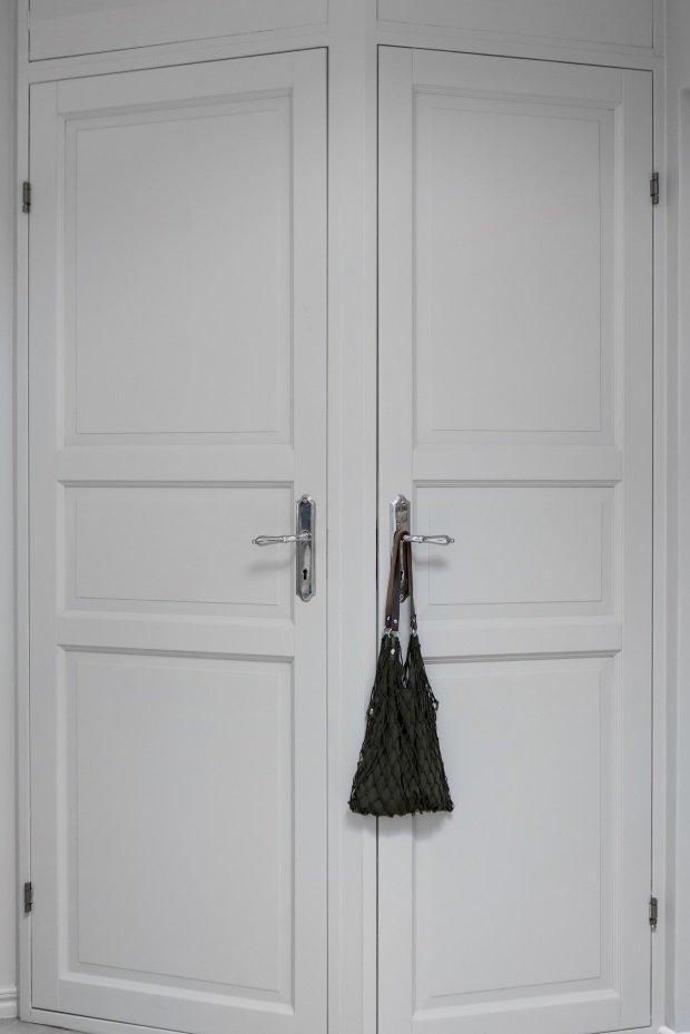 Двери углового шкафа в шведской квартире
