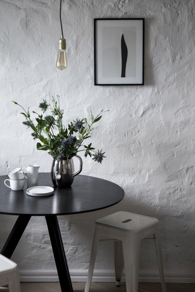 Круглый обеденный стол в скандинавском лофте