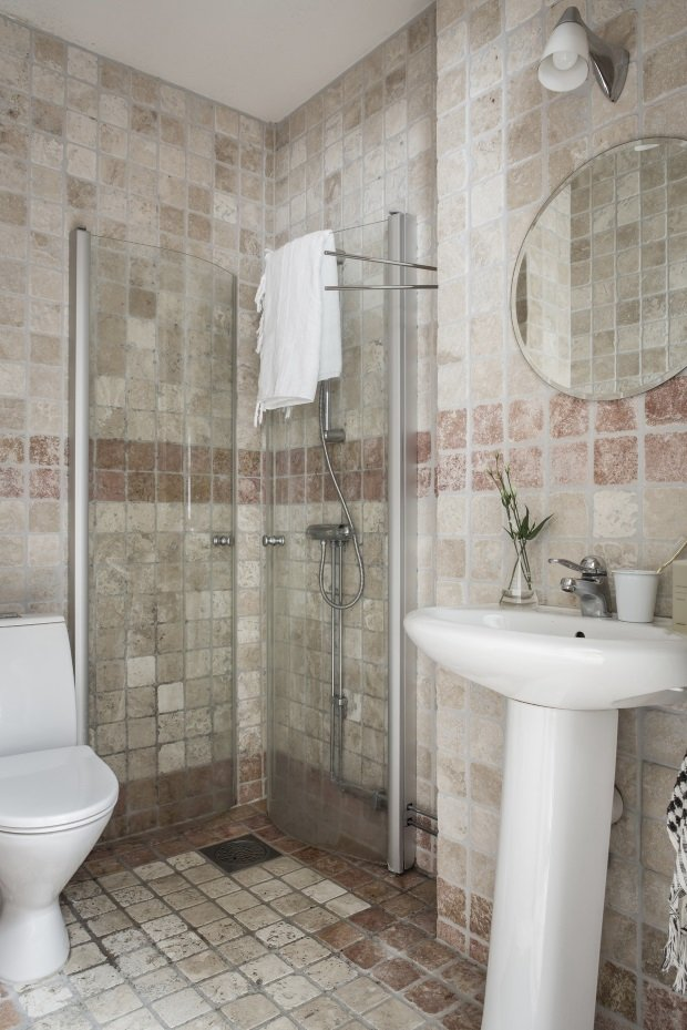 Ванная комната в шведской квартире с плиткой травертин