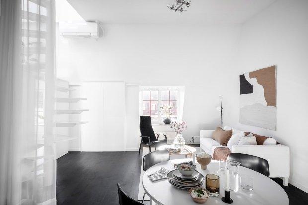 Современная квартира: гостиная с белыми стенами