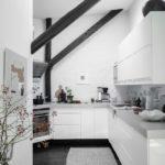 Современная квартира: скандинавская кухня на мансардном этаже