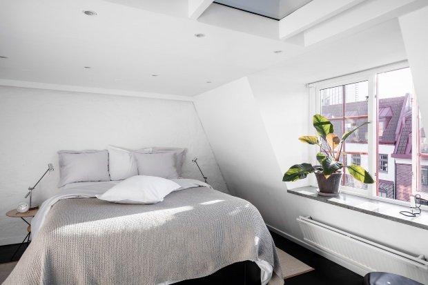 Современная квартира: спальня на мансардном этаже