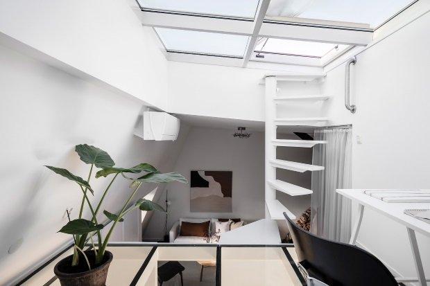 Современная квартира: кабинет на верхнем ярусе скандинавской квартиры
