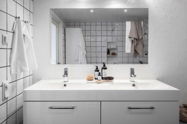 Современная квартира: умывальник в скандинавской ванной комнате