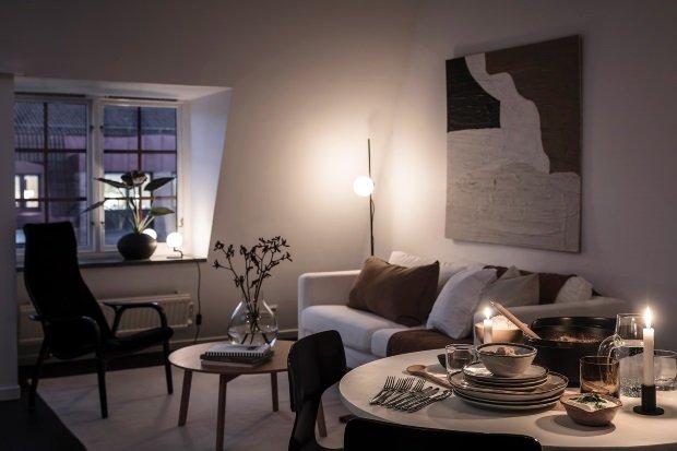 Современная квартира: гостиная в вечернем освещении