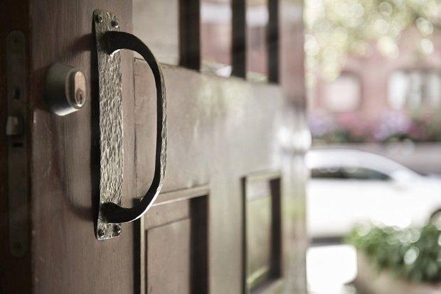 Современная квартира: двери подъезда шведского дома