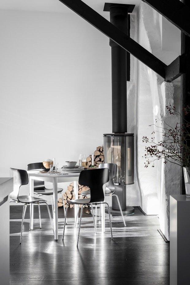 Современная квартира: обеденный стол у камина