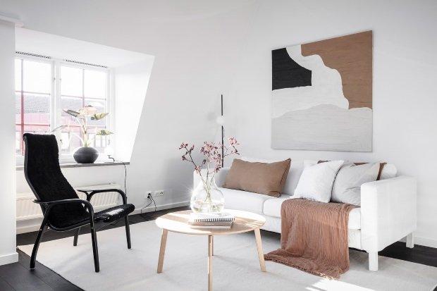 Современная квартира: белый диван в гостиной