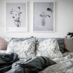 Спальня в скандинавском стиле: черно-белые картины в изголовье