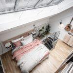 Спальня в скандинавском стиле: двухъярусная квартира с окном на крыше