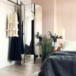 Спальня в скандинавском стиле: персиковая стена и зеркальная ширма