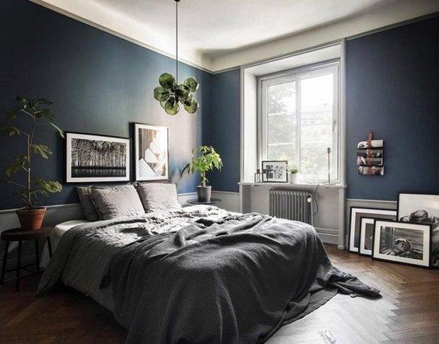 Спальня в скандинавском стиле: синяя спальня с зеленой люстрой