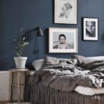Спальня в скандинавском стиле: синие стены и фото в изголовье