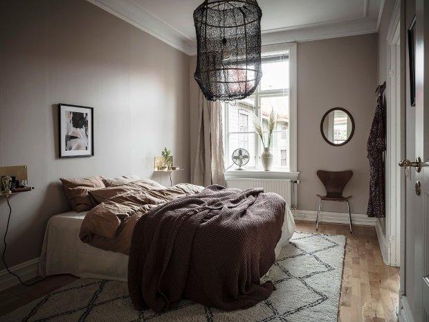 Спальня в скандинавском стиле: стены цвета тауп