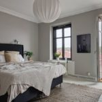 Спальня в скандинавском стиле: серая спальня с большим белым абажуром