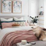 Спальня в скандинавском стиле: нежная спальня, розовые тона и картины в цветочек